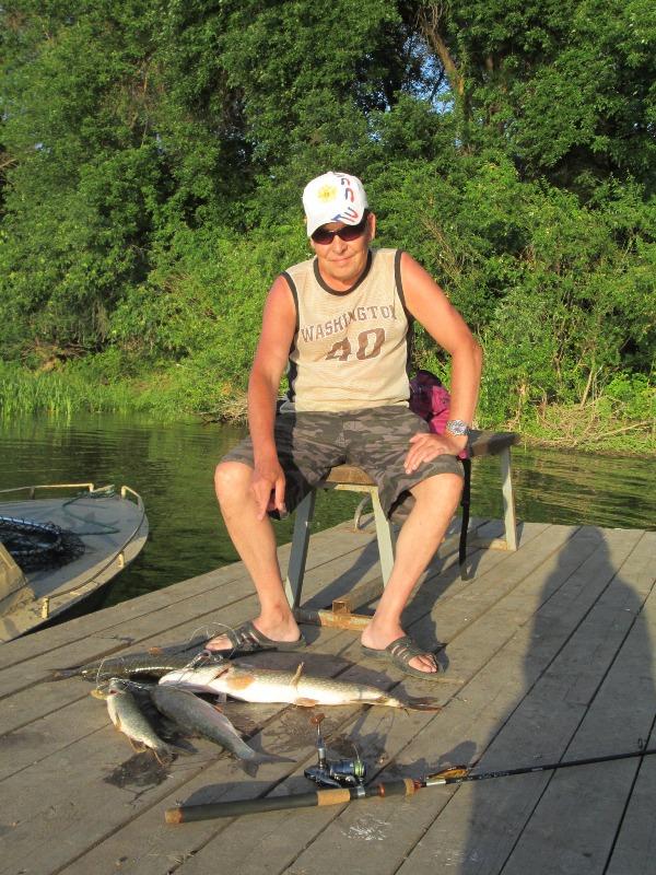 мужчина увлечен рыбалкой